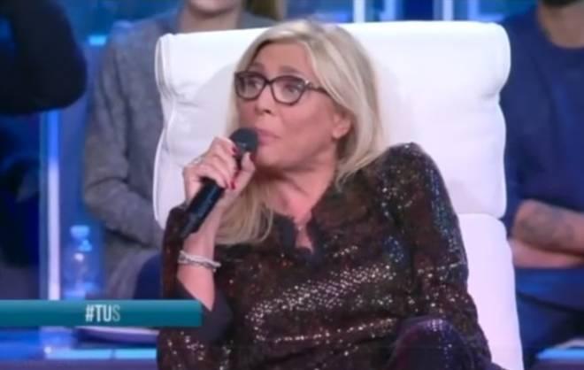 """Rissa sfiorata a """"Tu si que vales"""": Mara Venier trattenuta da Scotti e la De Filippi"""