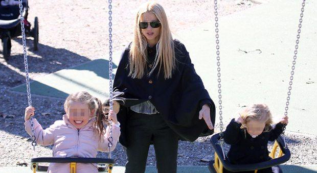 Michelle Hunziker, giornata al parco con le figlie scortata dalla bodyguard